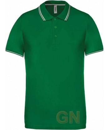 Polo verde de manga corta con el cuello y mangas combinados en blanco y gris