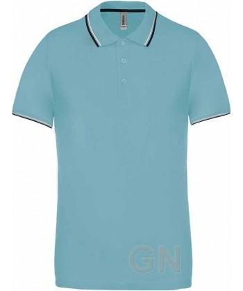 Polo azul celeste de manga corta con el cuello y mangas combinados en blanco y marino